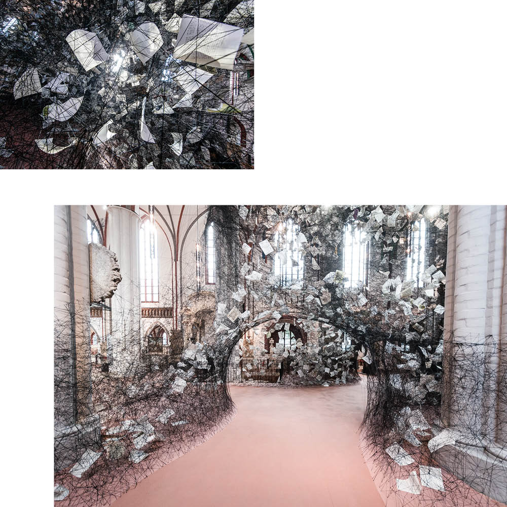 """LOST WORDS"": CHIHARU SHIOTAS KUNST IN DER NIKOLAIKIRCHE"